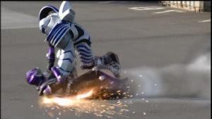 ファイナルベントで攻撃される仮面ライダー王蛇