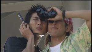 仮面ライダー龍騎双眼鏡を取り合う真司と蓮